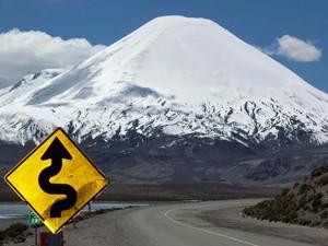 kurvige-strasse-in-chile-vor-vulkan