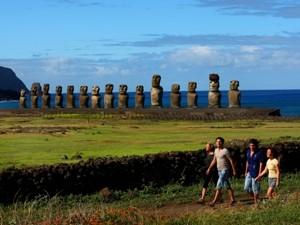 osterinsel-reisende-vor-moai-statuen