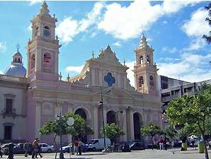 Rundreise Chile Argentinien - Kirche an der Plaza 9 de Julio