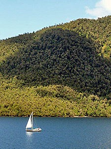 segelboot-auf-dem-see-in-chile