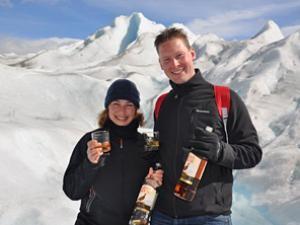 calafate-reisende-vor-gletscher
