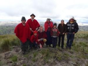 Gruppe von Menschen vor Bergkulisse