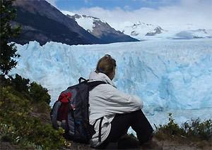 reisender-beobachtet-gletscher-calafate