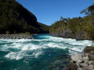 türkisblaue-Petrohué-Fluss