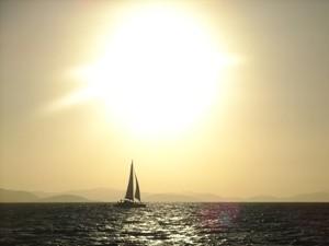 In den Sonnenuntergang segeln