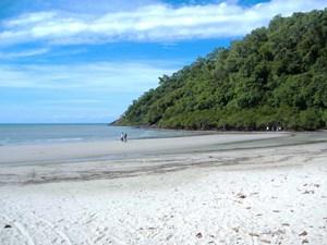 Strandbesuch am Ende der Reise von Sydney nach Cairns