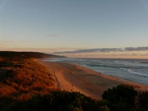 Küste im Sonnenuntergang auf dem Weg von Sydney nach Melbourne