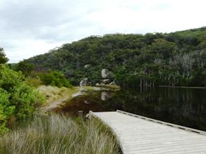 auf einem Steg inmitten der Seenlandschaft