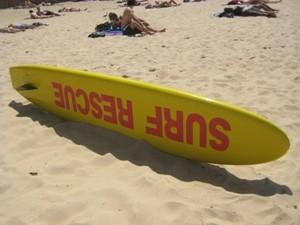 Ein Surfbrett am Strand