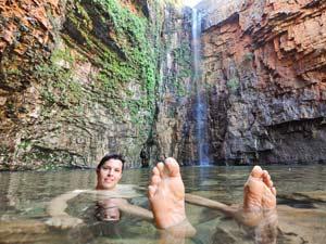 Erfrischen am Wasserfall in den Kimberleys