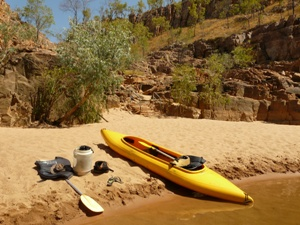 Kanu und Ausrüstung liegen am Strand