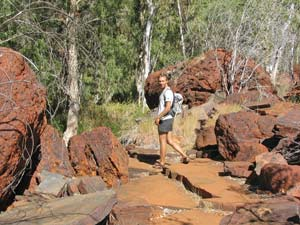 Wanderung über steinige Pfade in den Kimberleys