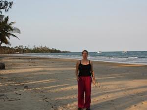 Eine Frau steht am Strand von Mission Beach