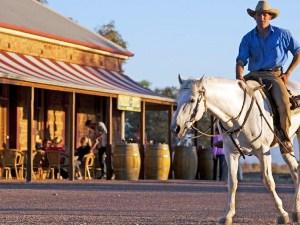 Cowboy sitzt auf einem Pferd