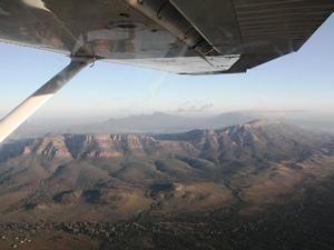 Blick auf einen Krater aus einem Flugzeug