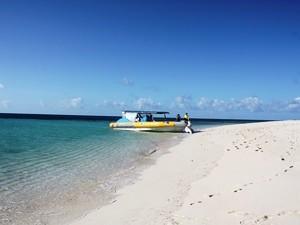 Mit einem kleinen Boot zur Schnorcheltour - Australien mit Kindern
