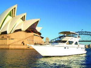 Wolkenloser Himmel in Sydney während einer Hafenrundfahrt
