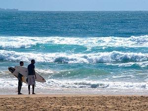 Zwei Surfer am Strand von Noosa