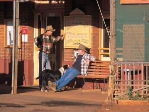 Australische Cowboys vor Pub-Australien Ostküste