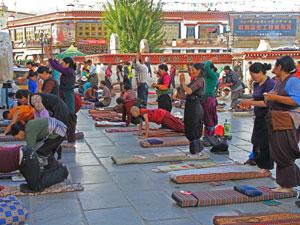 tibet jokhang lhasa pelgrim