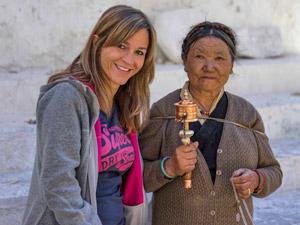 rondreis Tibet - vrouw gebedsmolen
