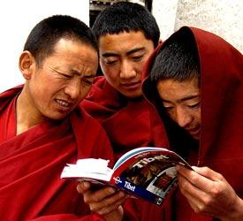 rondreis tibet nieuwsgierige monniken