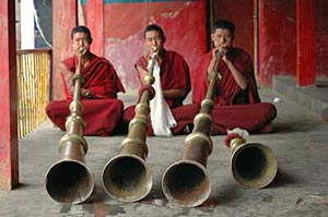 tibet monks play horn
