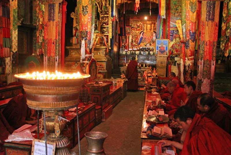Monniken in een klooster - Tibet reis