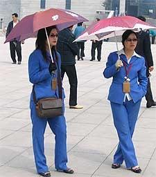 vrouwen met paraplu in china