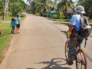 mountain biken langs dorpjes maleisie