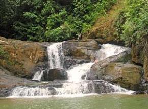 waterval tijdens trekking borneo
