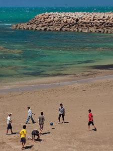 marokko asilah strand voetballen