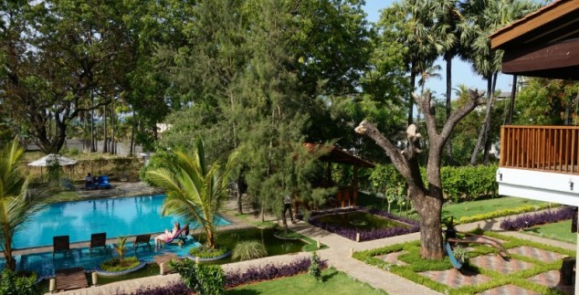 Sri Lanka kids Uppuveli - hotel zwembad