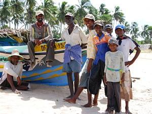 snorkelen Sri Lanka met kinderen - lokale vissers op het strand in Uppuveli