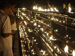 Olielampjes in de Tempel van de Tand tijdens je rondreis Sri Lanka met kinderen