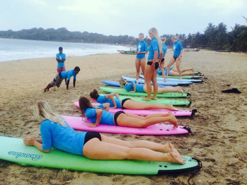 Surfles Sri Lanka met kinderen