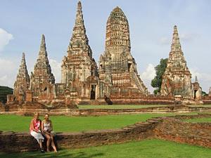 Thailand Highlights: Familie vor den Tempelruinen in Ayutthaya