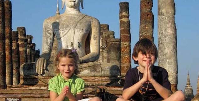 Zwei Kinder in den Tempelruinen von Ayutthaya beim Meditieren