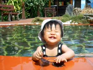 Baby im Pool in Thailand