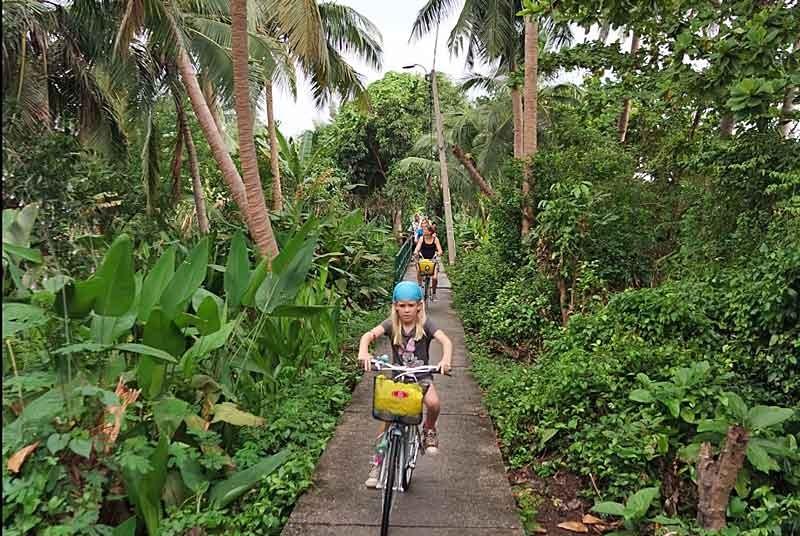 Kind auf dem Fahrrad während der Fahrradtour in Bangkok