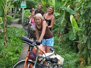 Familie bei der Fahrradtour durch Bangkok