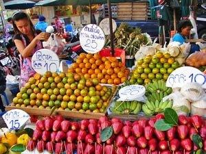 Bangkok mit Kindern: Ein Obststand auf einem lokalen Markt