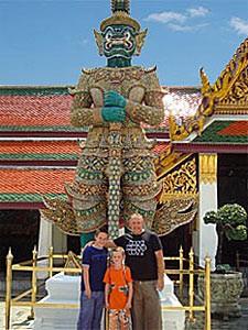 Familienreise Thailand: Familie vor dem Königspalast in Bangkok