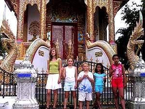 Kinder vorm Tempel in Bangkok
