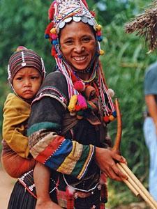 Thailand Highlights: Eine Mutter mit Ihrem Baby, die einem Bergvolk bei Chiang Mai angehören