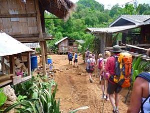 Eine Trekking-Gruppe im Bergdorf bei Chiang Mai