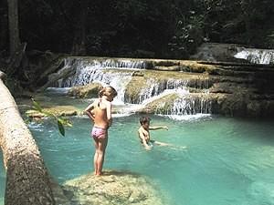 Kinder baden im Erawan Wasserfall
