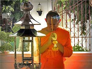 Ein Mönch beim Beten in Bangkok