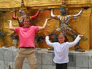 Vater und Tochter in Bangkok vor dem Königspalast