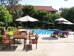Thailand Highlights: Der Pool des Karinthip Village Hotels lädt zum Entspannen ein